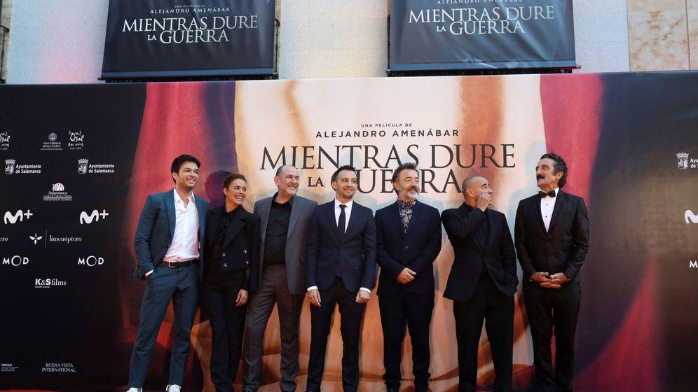 Foto: El director Alejandro Amenábar (c) y los actores de Mientras dure la guerra. (EFE)