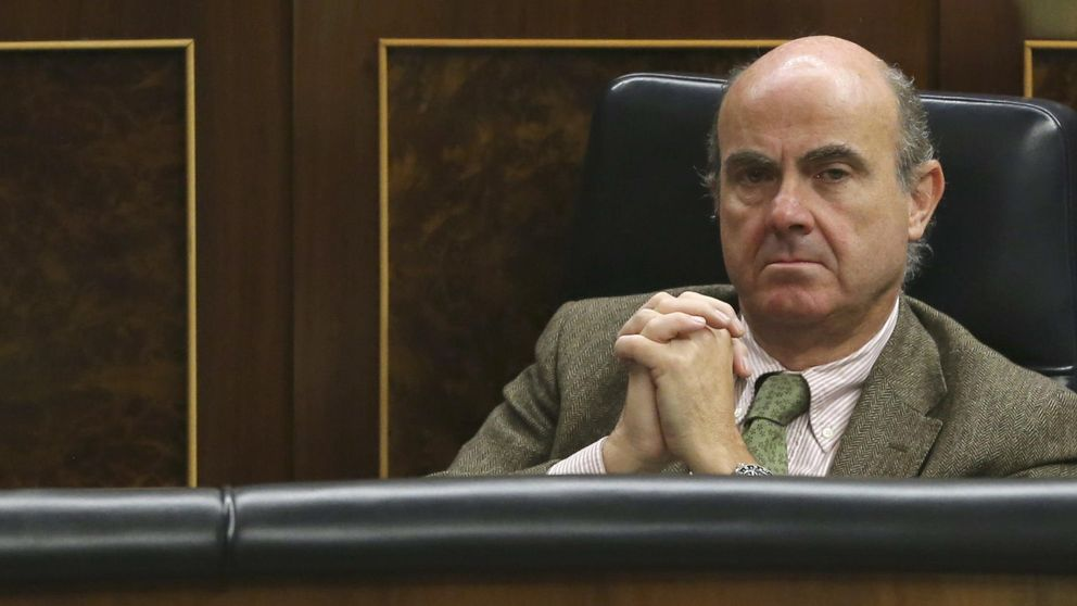 Los auditores fichan a Clifford Chance en su pulso contra Guindos