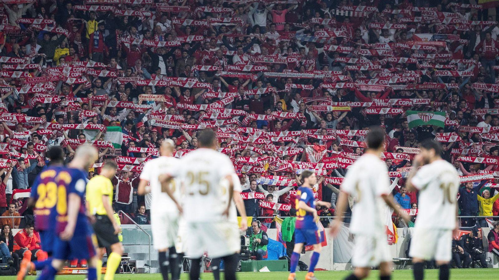 Foto: Decepción en los jugadores del Sevilla. (EFE)