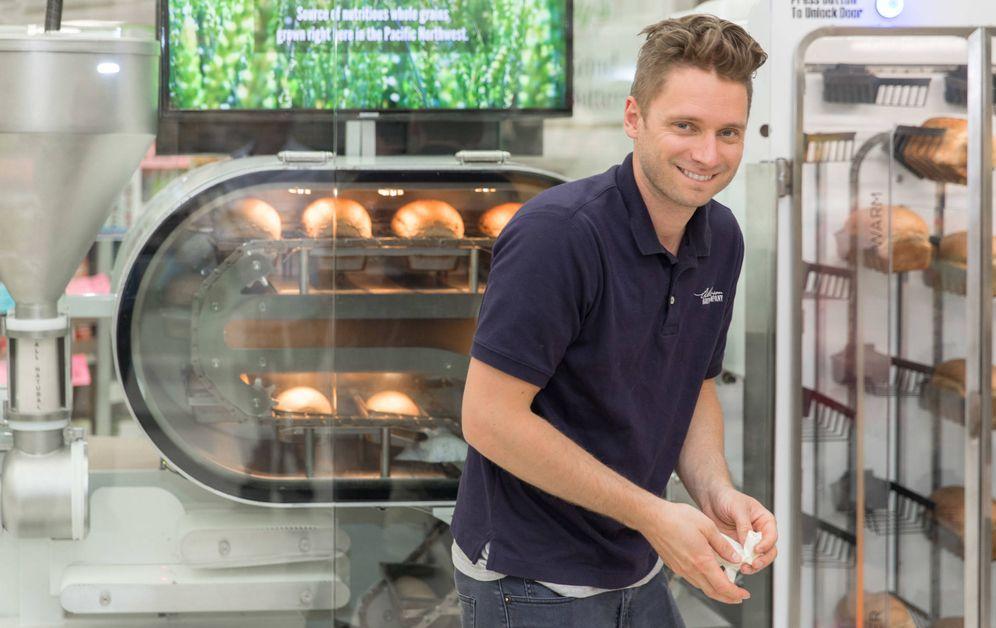 Foto: Uno de los empleados de la Wilkinson Baking Company