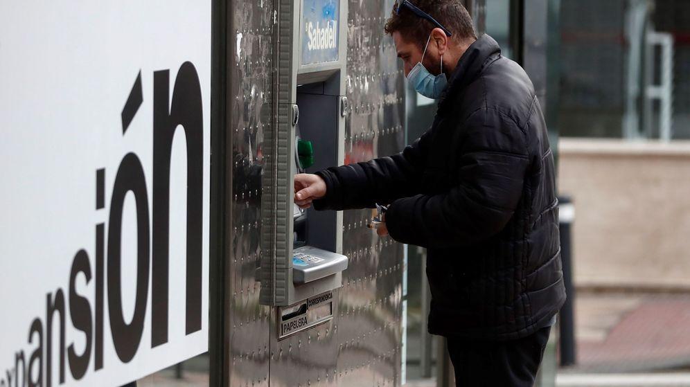 Foto: Un hombre saca dinero de un cajero. (EFE)