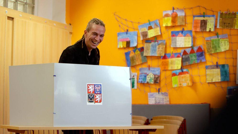Foto: El líder del Partido Pirata checo Ivan Bartos en una votación en 2017. (Reuters)
