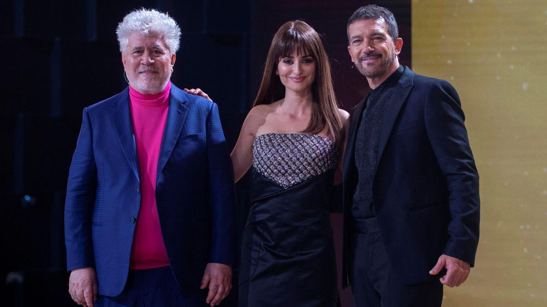 Pedro Almodóvar, Penélope Cruz y Antonio Banderas, en los últimos Goya. (Reuters)
