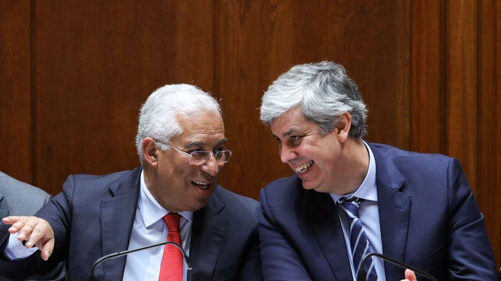 Foto: El primer ministro portugués, António Costa (i), habla con el ministro de Finanzas, Mário Centeno. (EFE)