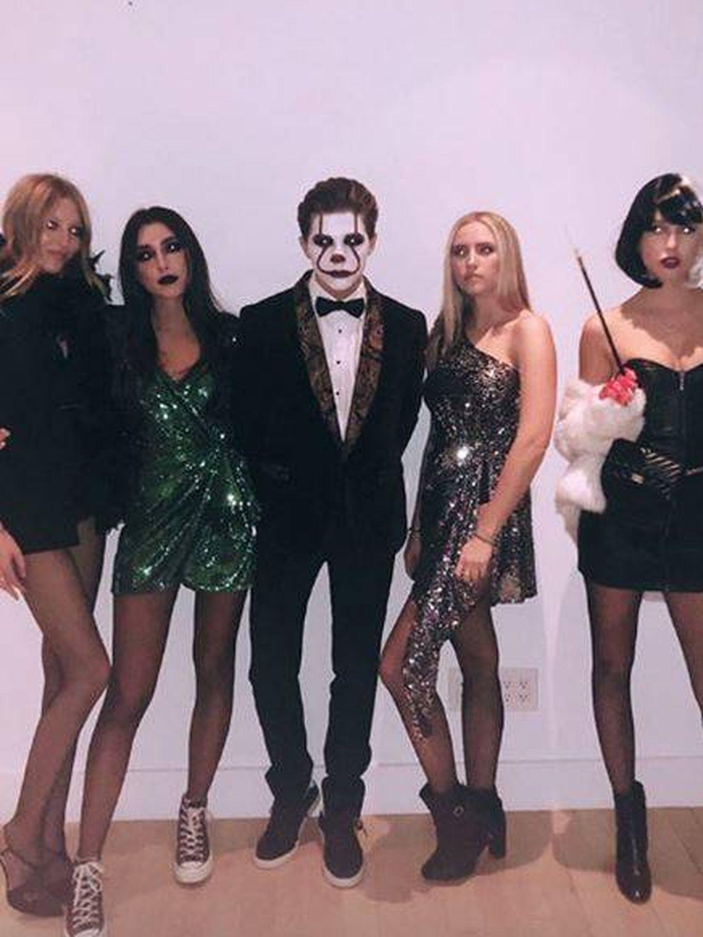 Achileas y Olympia, rodeados de amigos disfrazados.(Instagram)