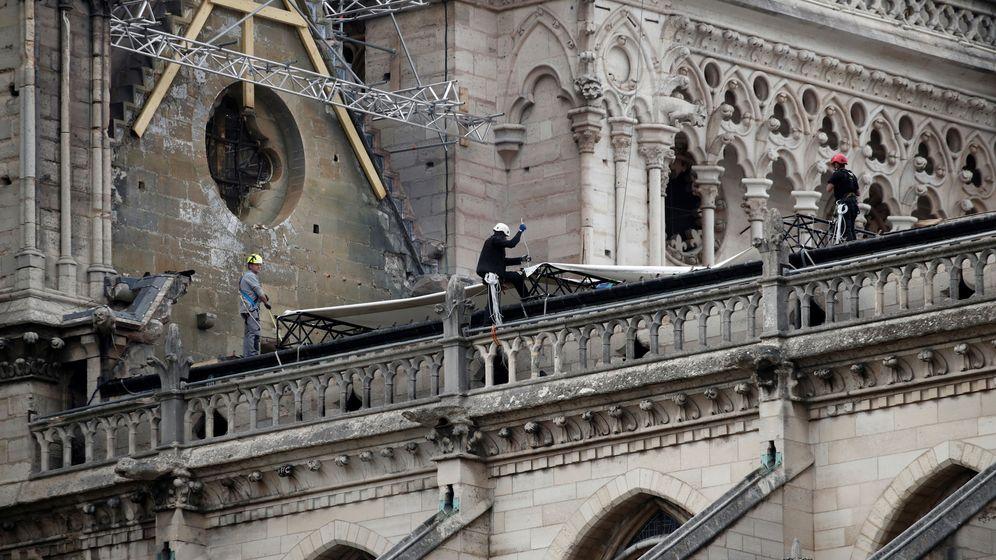 Foto: Trabajadores instalan lonaz impermeabilizadas para proteger Notre Dame de las lluvias. (Reuters)