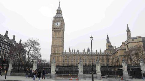 Un hombre se vierte gasolina por encima a las puertas del Parlamento británico