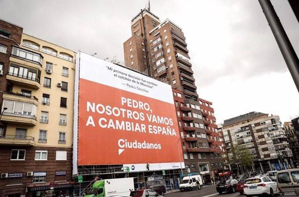 Foto: La lona de propaganda electoral de Ciudadanos contra Pedro Sánchez en la Avenida de América de Madrid. (Europa Press)