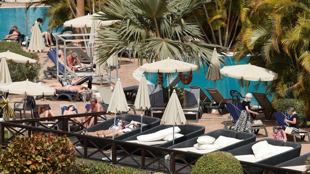 Foto: Varios turistas en el hotel de Tenerife que se encuentra en cuarentena tras detectarse casos de coronavirus. (Reuters)