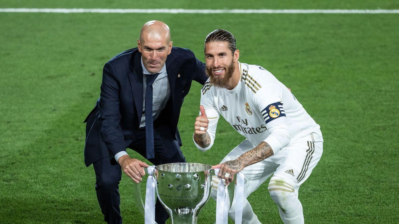 Zinedine Zidane y Sergio Ramos, con el trofeo de la Liga 2019-20. (EFE)