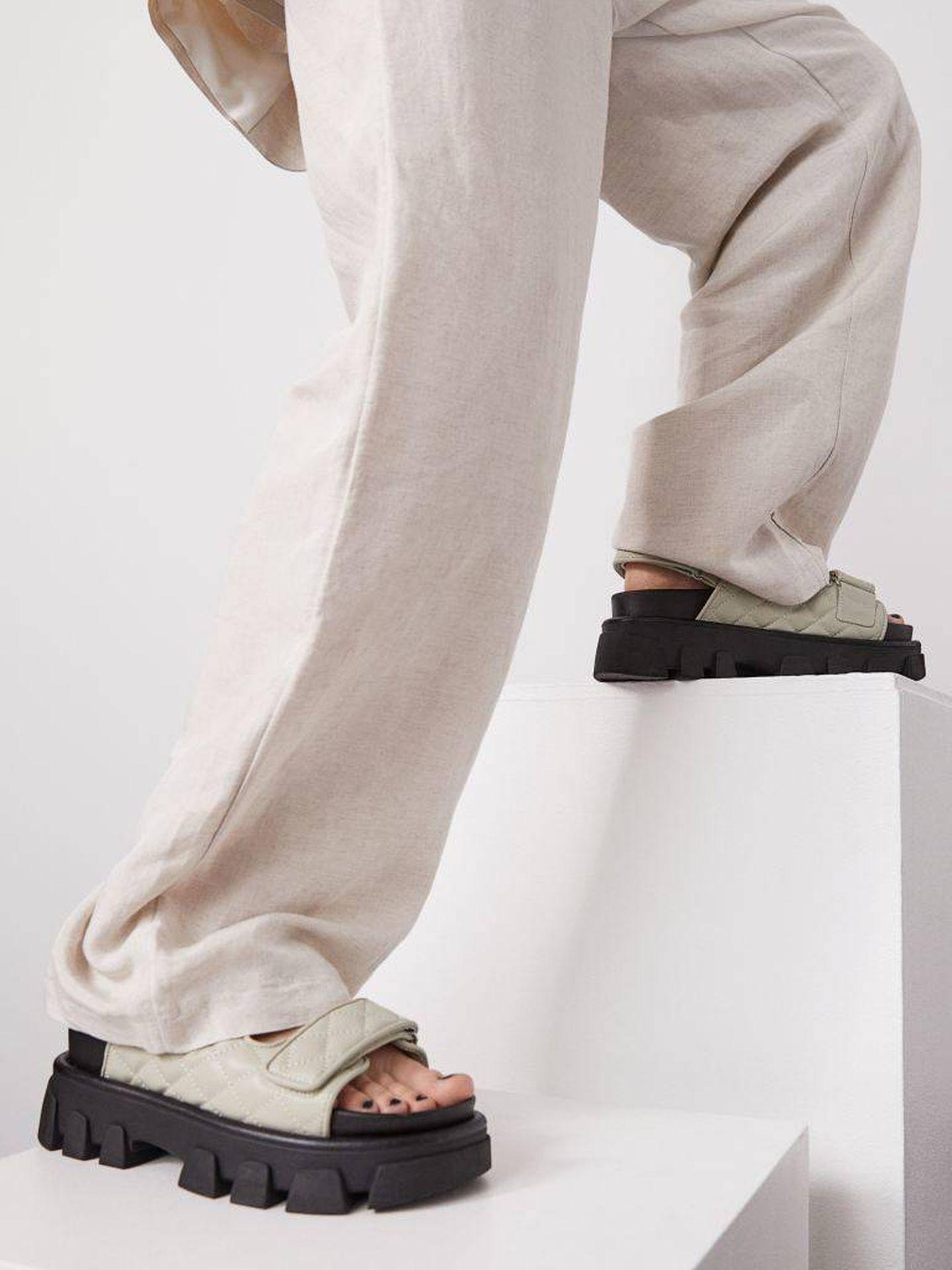 Las sandalias con suela track de HyM. (Cortesía)