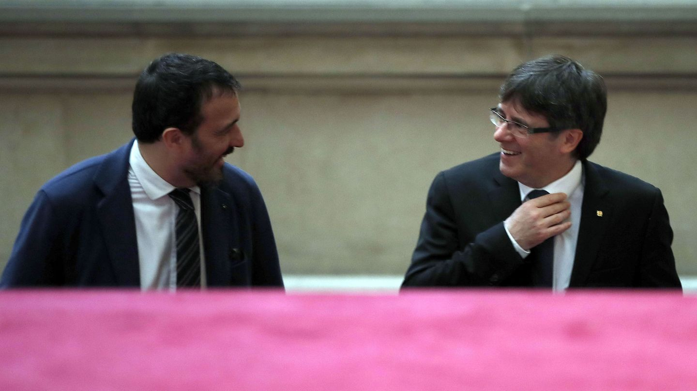 Josep Rius, junto a Carles Puigdemont, cuando era su jefe de gabinete. (EFE)