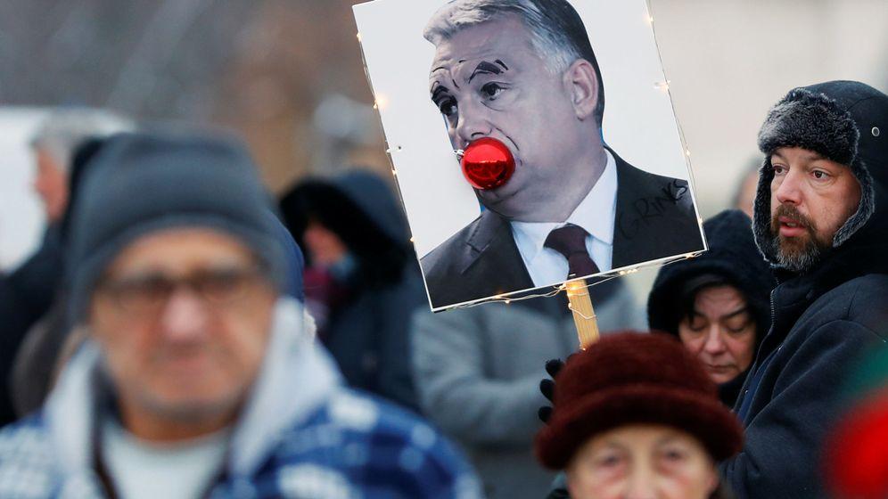 Foto: Un cartel contra el primer ministro húngaro Víktor Orbán durante las protestas contra la 'ley de esclavitud' propuesta por su Gobierno, en Budapest, el 16 de diciembre de 2018. (Reuters)