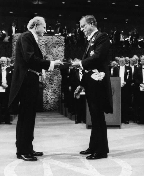Gary Becker (izq.) recoge su premio Nobel en 1992. (Efe)