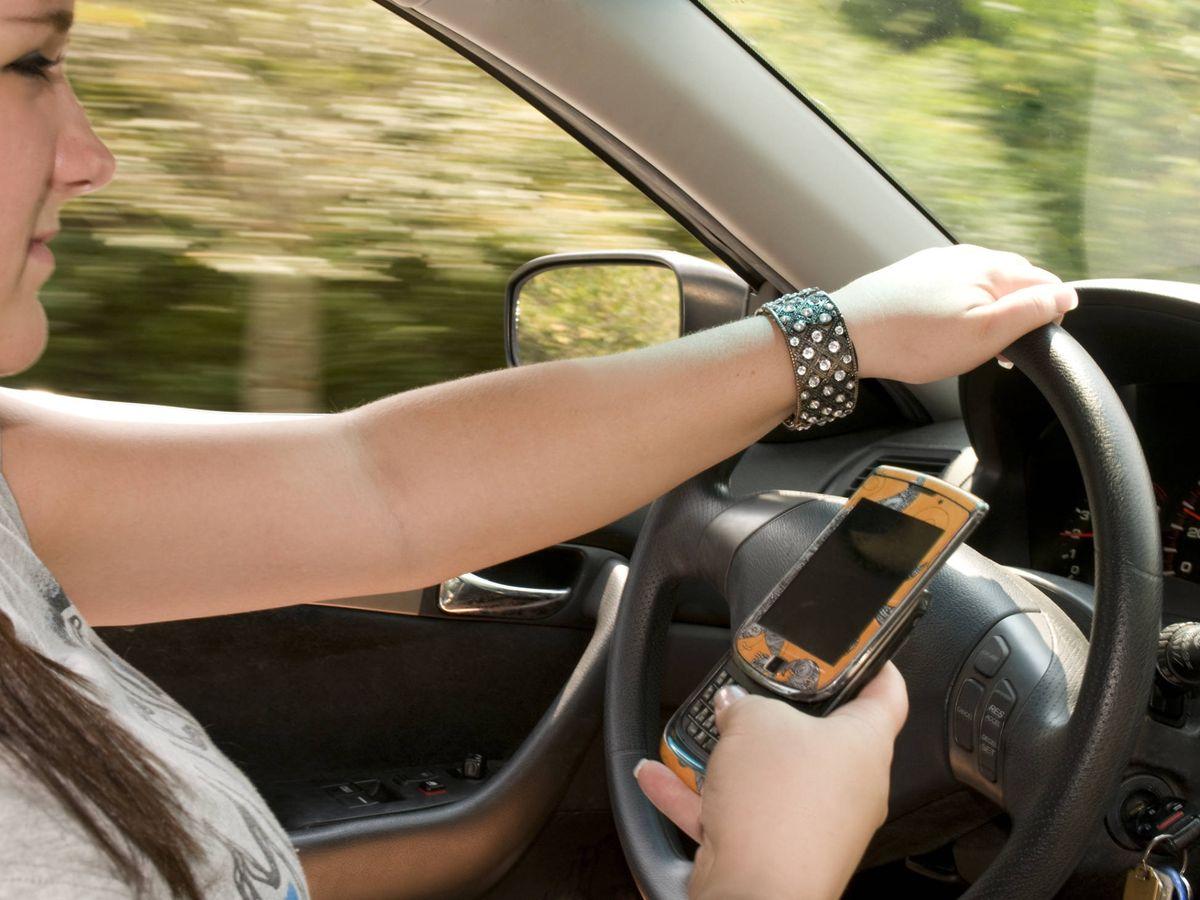 Foto: Las distracciones, como el uso del móvil son ya la primera causa de accidentes de tráfico en España.