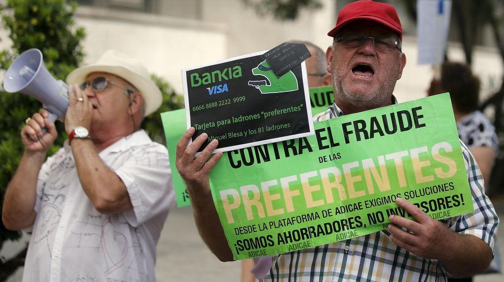 Foto: Preferentistas protestan en julio en el interrogatorio de Rodrigo Rato por fraude fiscal. (Reuters)