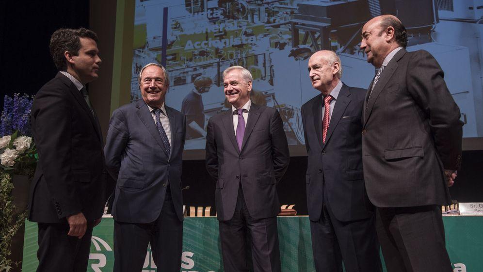 Foto: Pedro Abásolo, segundo por la derecha, en la junta de accionistas de Tubos Reunidos, en 2017. (EFE)
