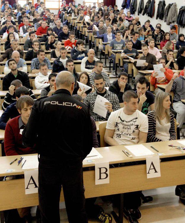 Foto:  Examen de oposición a la Policía Nacioinal. (EFE)