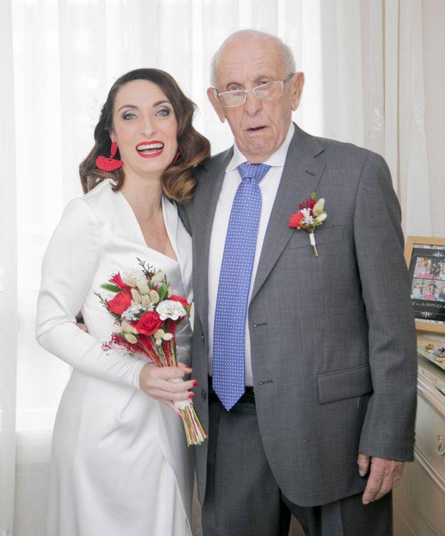 Foto: Amaya junto a su padre, Antonio Giménez Cuesta, fallecido por coronavirus. (Fotografía cedida)