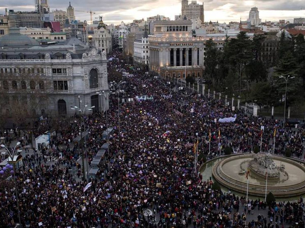 Foto: Vista aérea de la manifestación del 8-M de Madrid a su paso por la Cibeles. (EFE)