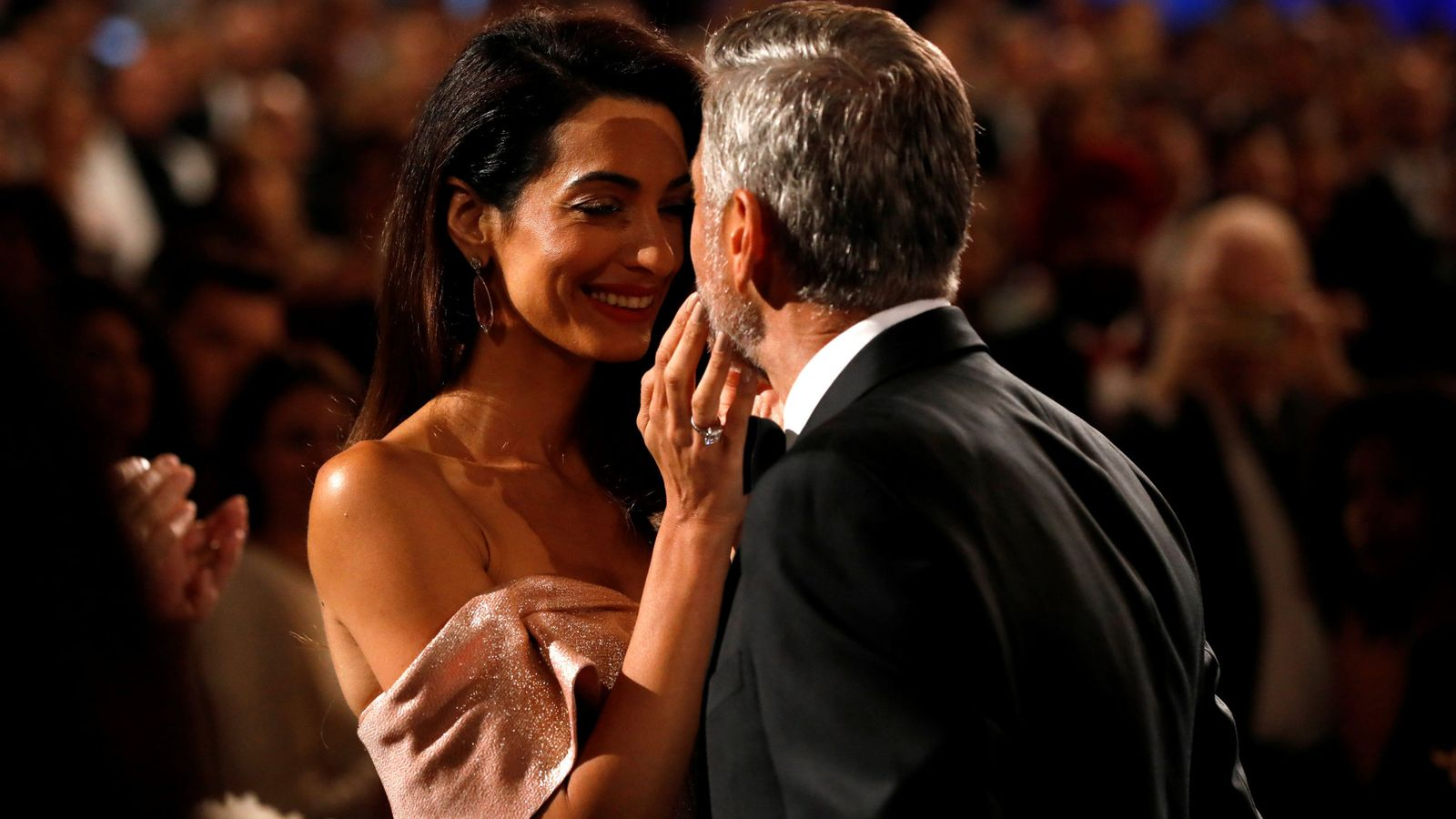 Foto: El beso de Amal a George Clooney en los Premios AFI. (Reuters)