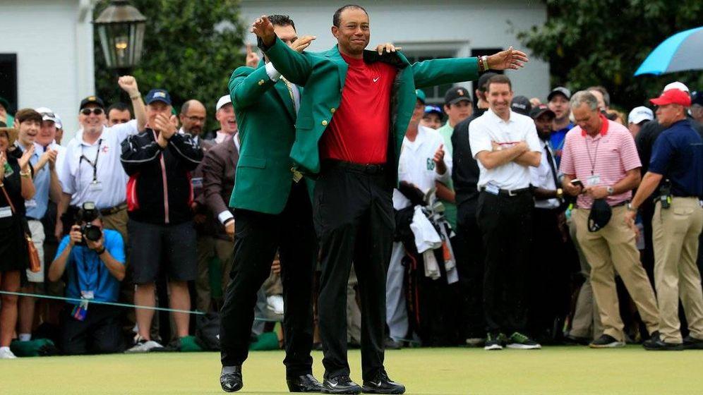 Foto: Tiger Woods recibiendo su quinta chaqueta verde.
