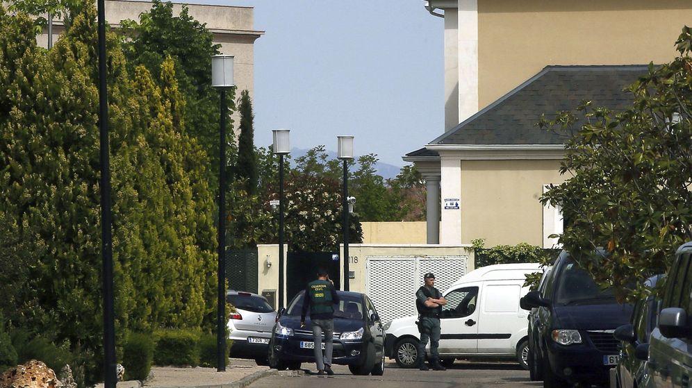 Foto: Agentes de la Guardia Civil permanece en las inmediaciones del domicilio de Ignacio González. (EFE)