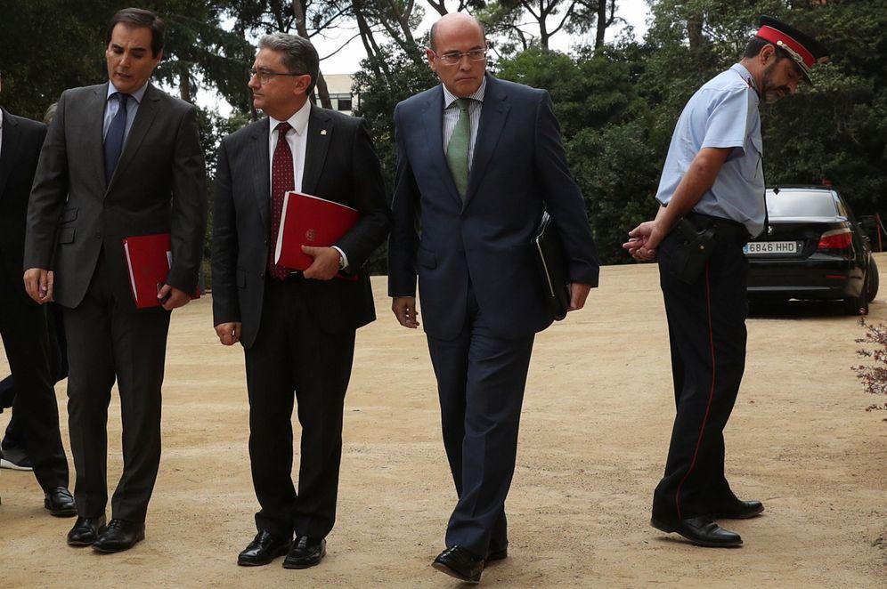 Foto: El mayor de los Mossos d'Esquadra, Josep Lluís Trapero, el coronel de la Guardia Civil, Diego Pérez de los Cobos, y el delegado del Gobierno en Cataluña, Enric Millo. (Reuters)
