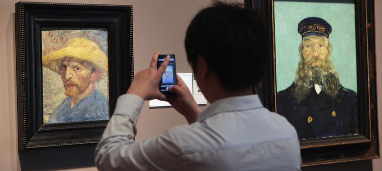 Foto: Un visitante fotografía las dos obras de Van Gogh del Detroit Institute of Art. (REUTERS)