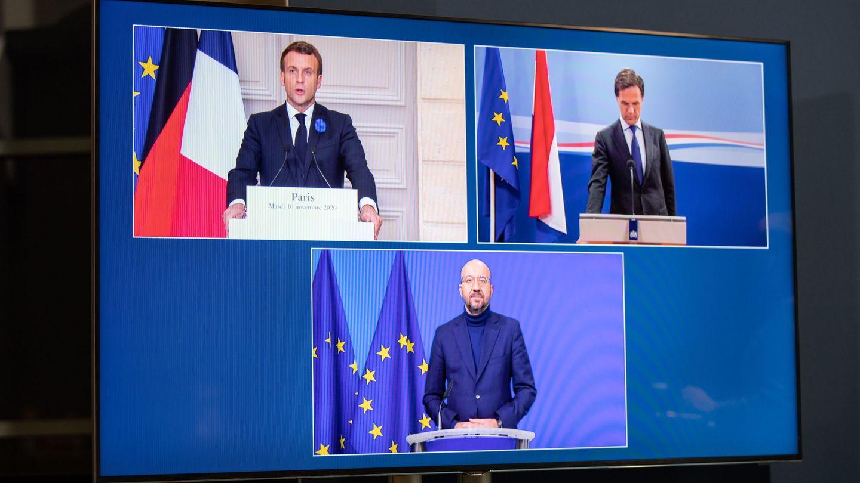 Michel junto al presidente francés y el primer ministro holandés durante una rueda de prensa digital. (Reuters)