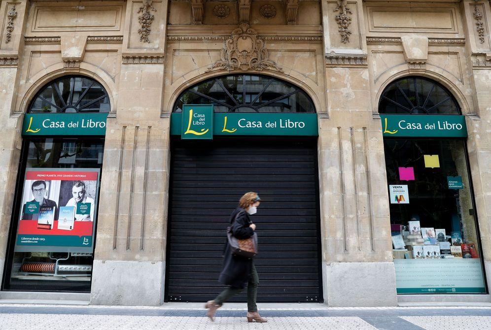 Foto: Una persona pasa por delante de una librería cerrada en San Sebastián por la pandemia. (EFE)