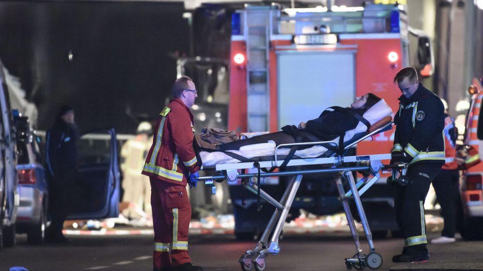 Foto: Los bomberos trasladan a un herido en camilla tras colisionar un camión contra un mercado navideño en Berlín. (Efe)