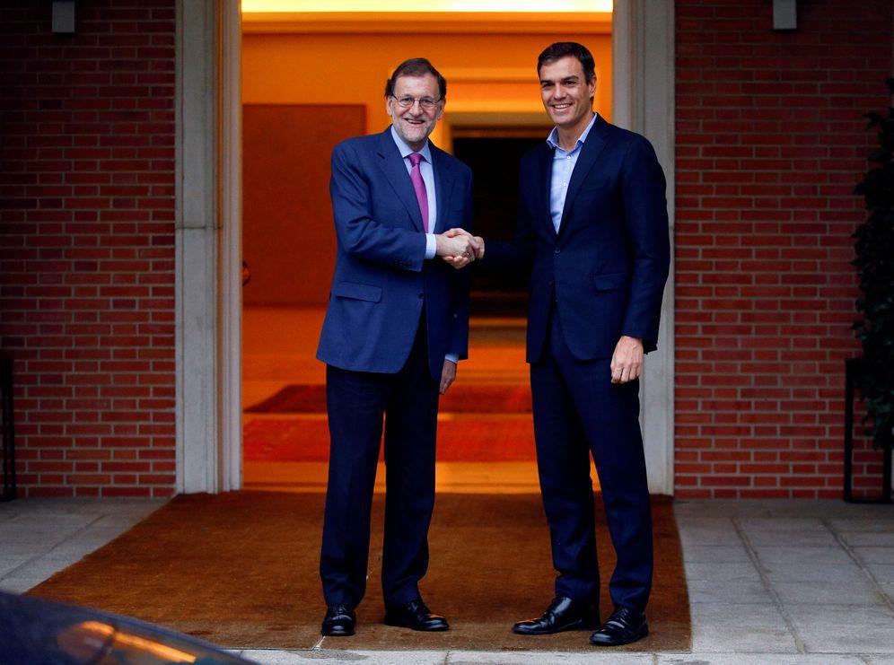 Foto: Mariano Rajoy saluda a Pedro Sánchez, este 6 de julio en La Moncloa. (Reuters)