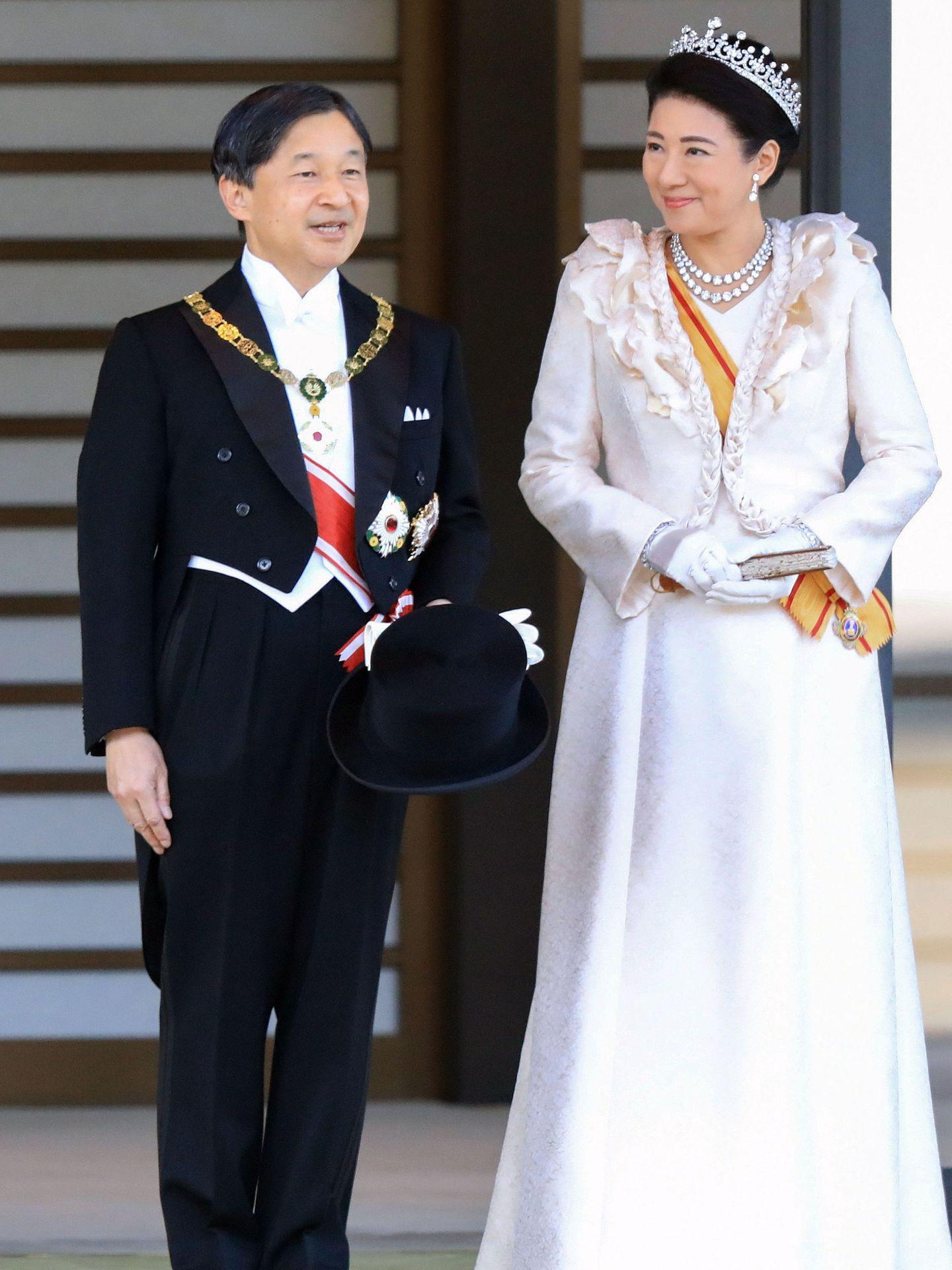 El emperador Naruhito y la emperatriz Masako durante el desfile. (EFE)