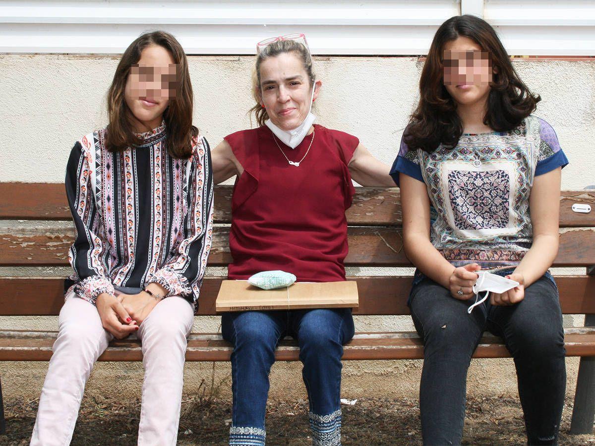 Foto: Marta, con sus dos hijas en su pueblo de Tarragona. (Alejandro Requeijo)