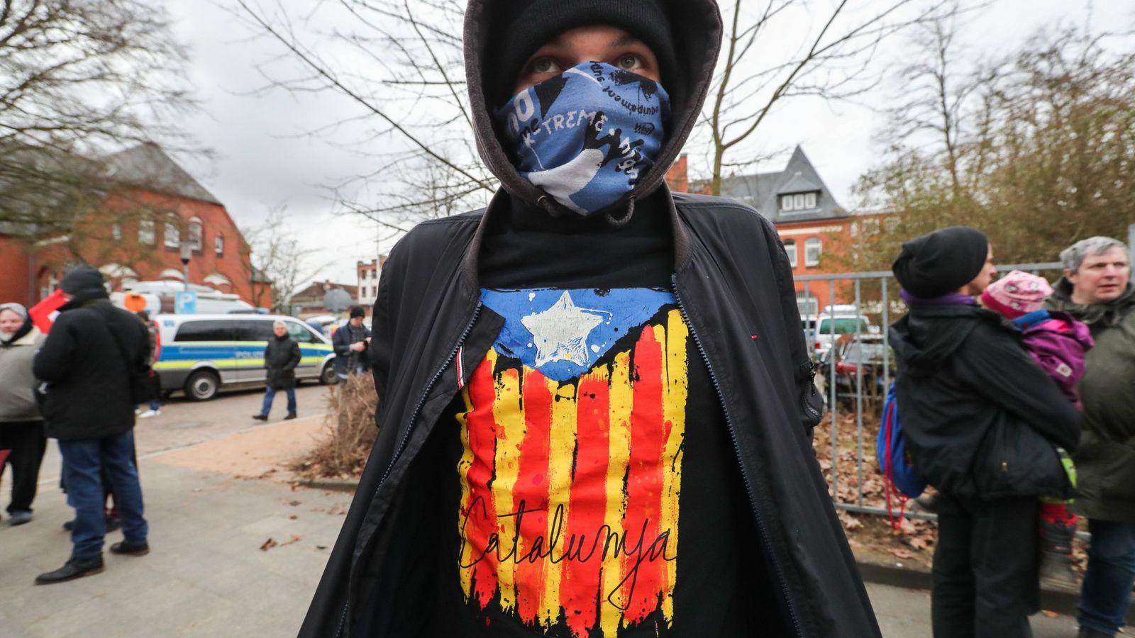 Foto: Un joven que lleva una camiseta con una estelada, ante la cárcel de Neumünster, este lunes. (EFE)
