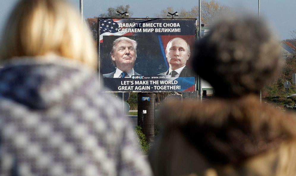 Foto: Un cartel muestra la imagen de Trump y Putin, en Danilovgrad, Montenegro (Reuters).