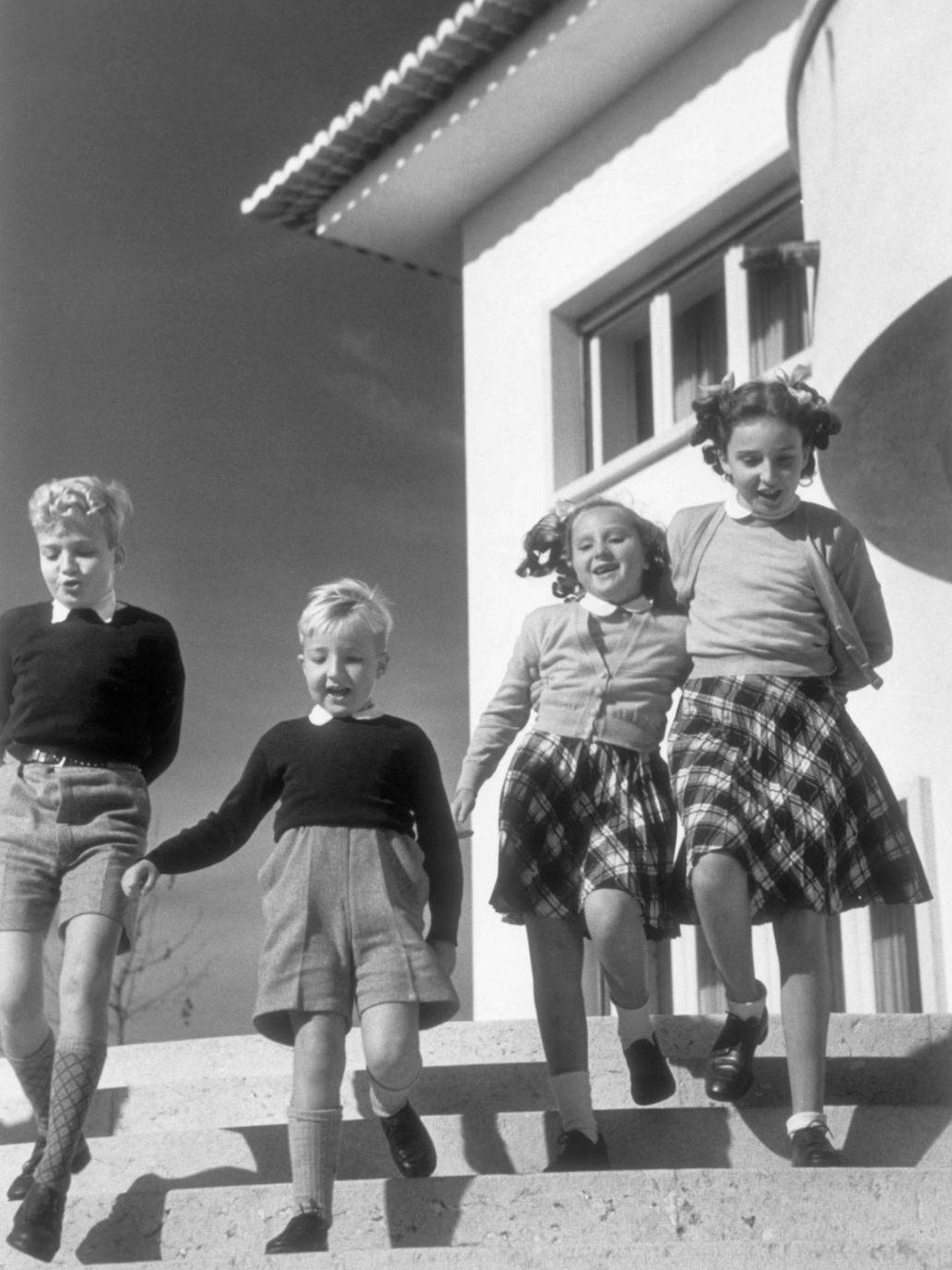 La infanta Pilar, con sus hermanos en Estoril en 1947. (Cordon Press)