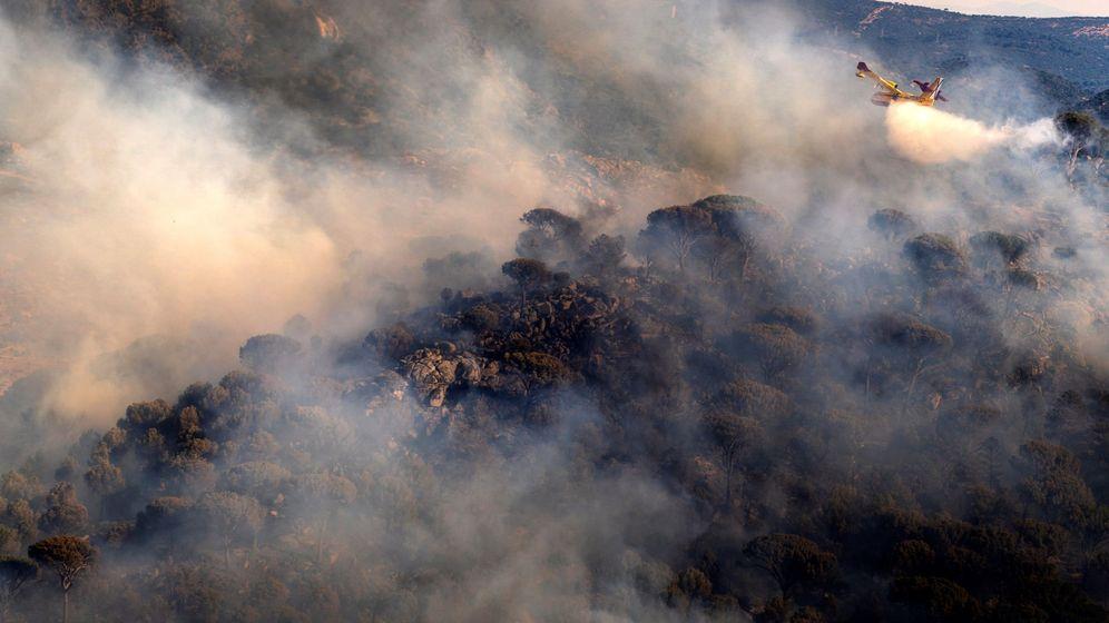 Foto: Un hidroavión trabaja en las labores de extinción de los incendios en Ávila. (EFE)