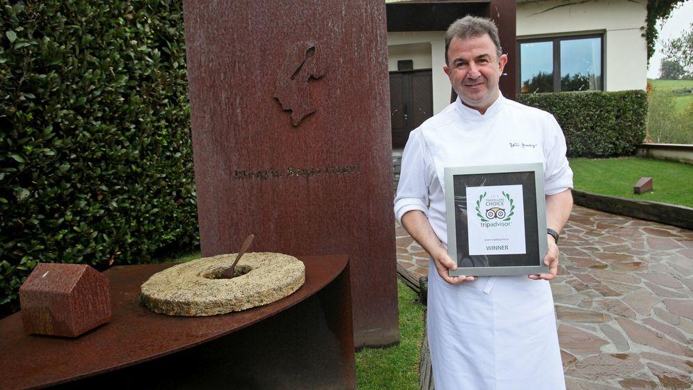 Foto: El cocinero Martín Berasatégui posa con un premio de Tripadvisor
