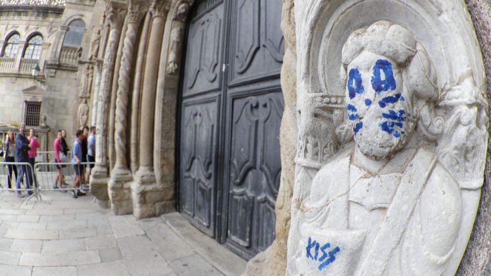 Una figura de la fachada de la catedral de Santiago amanece con una pintada de Kiss