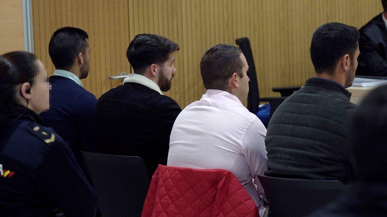 Vista de los cuatro miembros de La Manada, Alfonso Jesús Cabezuelo, José Ángel Prenda, Antonio Manuel Guerrero y Jesús Escudero durante el juicio. (EFE)