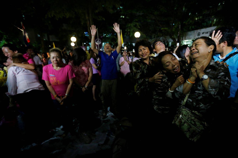 Foto: Tailandeses se lamentan tras recibir la noticia de la muerte del Rey Bhumibol, en Bagkok, el 13 de octubre de 2016 (Reuters).