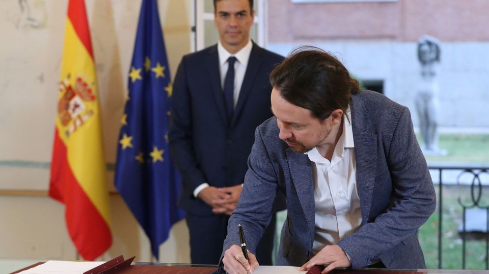Foto: El presidente del Gobierno, Pedro Sánchez (i), y el secretario general de Podemos, Pablo Iglesias, firman el acuerdo sobre el proyecto de Ley de Presupuestos para 2019. (EFE)