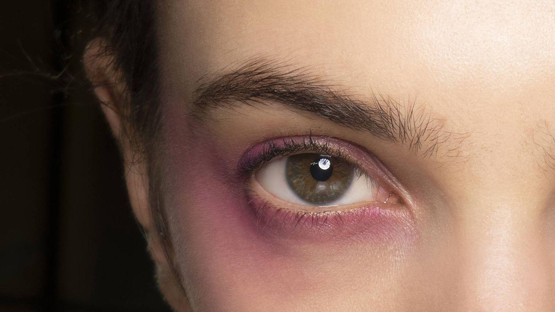Blumarine también defiende el regreso de las sombras de ojo rosas. (Imaxtree)