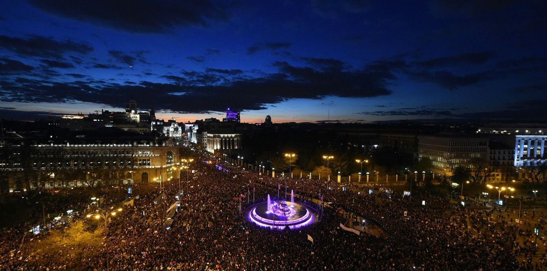 Foto: Vista general de la manifestación feminista en Madrid, con la fuente de Cibeles en el centro, este 8 de marzo. (EFE)