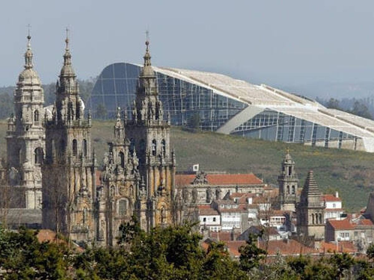 Foto: La Ciudad de la Cultura, tras la Catedral de Santiago. (Cidade da Cultura)
