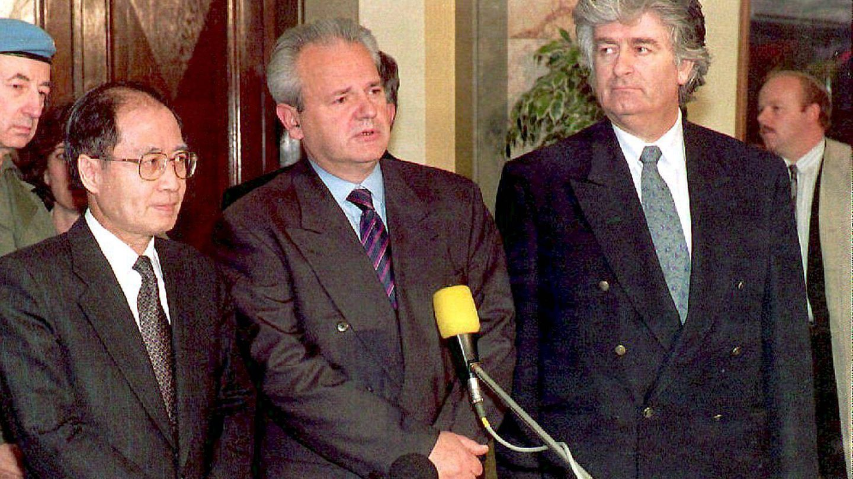 El líder serbo-bosnio Radovan Karadzic, junto al presidente yugoslavo, Slobodan Milosevic, y el enviado especial de la ONU para la antigua Yugoslavia, Yasushi Akashi (izq.), durante la guerra en 1994. (EFE)