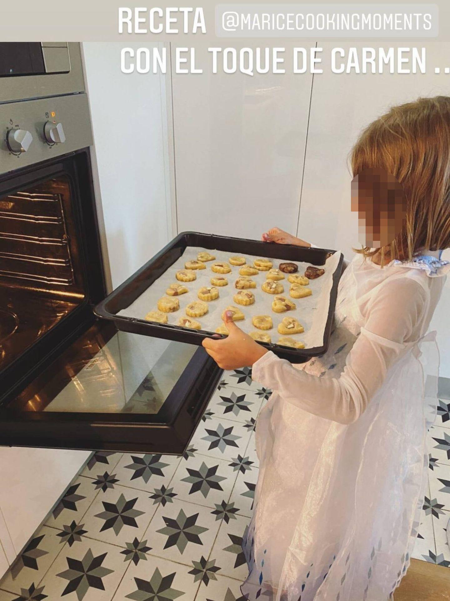 Carmen, metiendo al horno las galletas que ha hecho con su madre, Lourdes Montes. (Instagram @lmontesoficial)