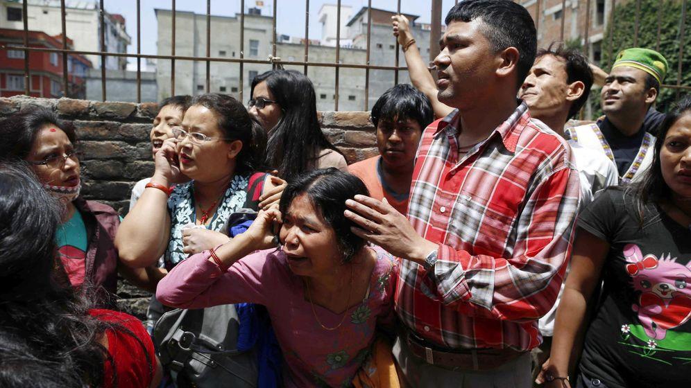 Foto: Nepalíes corren para buscar un espacio abierto durante un nuevo seísmo de 7,4 en Sankhu, a las afueras de Katmandú, Nepal (EFE)